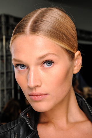 tendencia_primavera_2013_maquillaje_make_up_minimal_sobrio_393344850_320x480