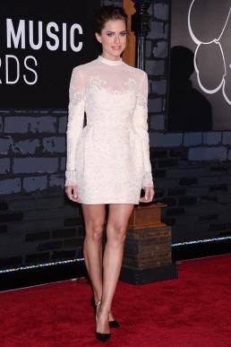 La actriz Allison Williams, conocida por su papel en la serie de televisión Girls, escogió un little white dress de Valentino con encajes y transparencias.
