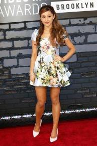 La actriz y cantante Ariana Grande, que interpretóThe Way durante la gala, con un minivestido de print floral de Kenley Collins.
