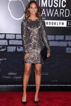 La modelo y actriz Denise Vasi se decidió por un minivestido-joya creado a base de lentejuelas y complementos básicos en color negro.