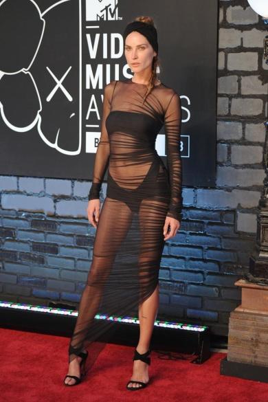 La top Erin Wasson con long black dress ultratransparente de Alexandre Vauthier.
