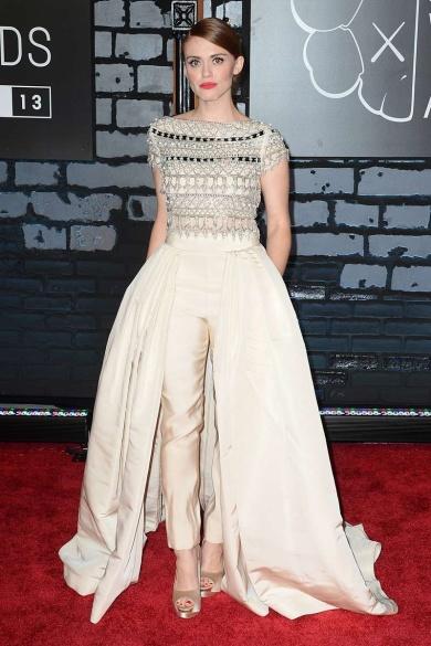 La actriz de la serie adolescente Teen Wolf, Holland Roden, con un vestido de aires nupciales de Naeem Khan que combina falda y pantalón con la parte superior enriquecida con pedrería bordada.