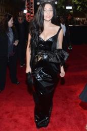Lady Gaga abandonó -al menos por un instante- su faceta más excéntrica para apostar por un look a lo femme fatale obra de Prabal Gurung al que sumó una larga melena dark y maquillaje natural.