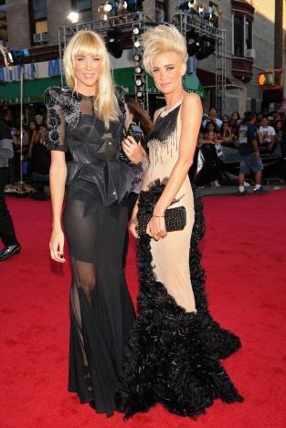 Las cantantes y hermanas Liv y Mim Nervo apostaron por vestidos arquitectónicos, flores bordadas y una actitud muy punk.
