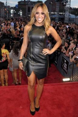 La cantante y actriz de realities Melissa Gorga se enfundó un minivestido de cuero con cremallera para acudir a los premios.