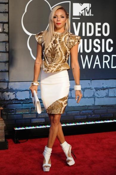 Los brocados dorados y el color blanco –en falda y accesorios– fueron los protagonistas del look de Po Johnson.