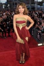 La actriz de Modern Family, Sarah Hyland, lució un vestido granate con detalles dorados y complementos ad hoc.