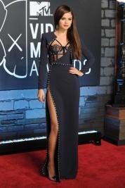 Selena Gomez fue una de las protagonistas de la noche. Porque fue bendecida con el premio mejor vídeo pop y porque se catapultó a los primeros puestos de las mejor vestidas con este Versace en azul noche.