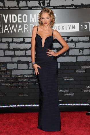 Taylor Swift con un long black dres con escote corazón reinventado firmado por Hervé Leger. La cantante fue otra de las ganadoras ya que volvió a hacerse con el premio al mejor vídeo femenino.