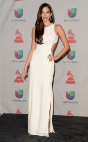 Aunque ya está de salida el cut out, el vestido blanco le quedaba muy bien.