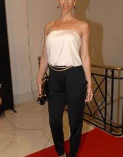 Muy linda con un strapless blanco y pants negro. Una opción clásica que nunca falla.