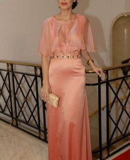 Muy delicada y elegante en un vestido de gasa rosa viejo con detalles y accesorios en dorado