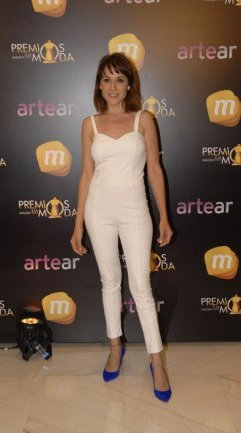 Muy informal para un evento de Red Carpet. Llevó un total white look