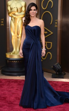 Sandra Bullock in Alexander McQueen. Un sencillo strapless corazón azul noche.