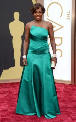 """Viola Davis by Escada. Si bien los verdes (sobre todo los esmeralda) suelen ser una buena elección de color para la """"Red Carpet"""", este Escada no la favorecía. Por el contrario, parecía un talle más chico sobre todo a la altura de la cadera."""