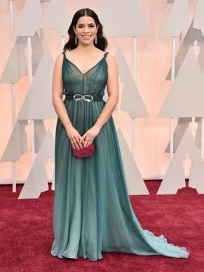 America Ferrera lució un diseño de Jenny Packham con joyas de Irene Neuwirth. El vestido en verde azulado de gasa lo combinó con un clutch borgoña. Me gustaron los colores pero no la favoreció el diseño (sobre todo en el escote)