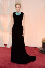 Cate Blanchett llevó un Maison Margiela negro muy sobrio que levantó con un importante collar de turquesas. IMPECABLE!!!