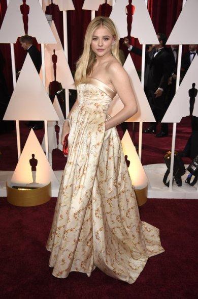 Chloe Grace Moretz fue una de las pocas que se animó al print y lo hizo con un vestido de Miu Miu en satén de seda con base dorado. Muy linda!