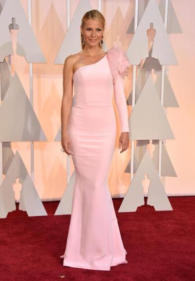 Gwyneth Paltrow lució increíble en el Ralph & Russo rosa de escote irregular corte sirena. La flor: palabras mayores. Bravo!!!