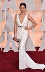 Jenna Dewan Tatum llevó un sexie ZUHAIR MURAD blanco con escote vértigo, aplicaciones de strass y un delicado tajo. Los accesorios también perfectos.