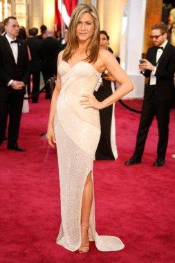 Jennifer Aniston caminó la alfombra roja en un vestido de Atelier Versace. No fue de mis looks favoritos (la he visto mejor) pero claramente esta mujer sabe que ponerse. Si es mejor que sus últimos looks en los que lucía escotes ridículamente exagerados que no la favorecían del todo.