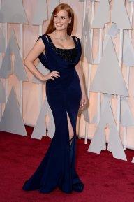 Jessica Chastain sigue apostando a resaltar su figura (a lo Jesica Rabbit) en un Givenchy azul noche con un escote drapeado y un bajo-top en paillets negro. PRECIOSA!!!