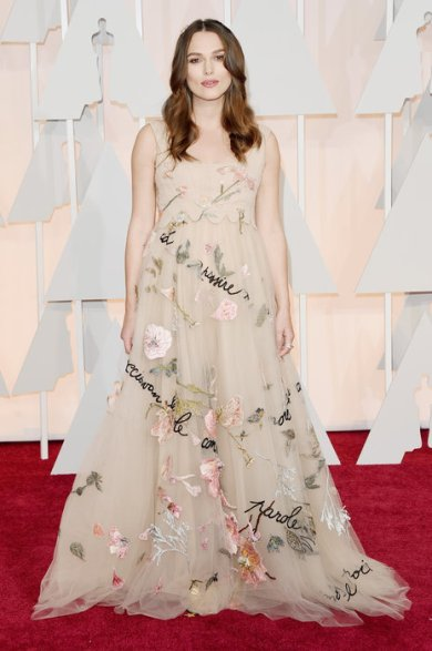 Keira Knightley llevó un controvertido diseño de Valentino con inscripciones y bordados. A mi me encantó! A no olvidar que estaba embarazada y no es un tema menor a la hora de vestirse para una gala!