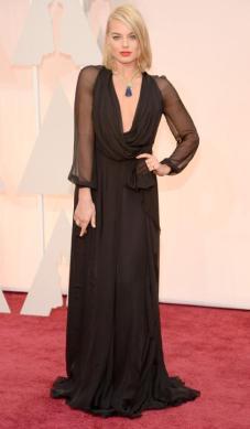 Margot Robbie estuvo IN-CRE-Í-BLE en el Saint Laurent negro con un escote para el vértigo y mangas tranparentes. No sólo me encantó el vestido, si no, la actitud. Para mi, una de las mejores vestidas!!!