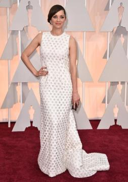 Marion Cotillard llegó a la alfombra roja con un Dior Haute Couture y joyas Chopard. Es como 2 vestidos, de frente es un diseño simple que apuesta al calado de la tela. De espaldas.... esa faja negra...mmmm ustedes qué opinan?