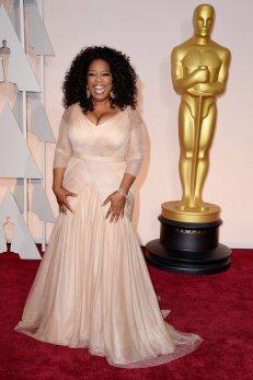 Oprah Winfrey llevó un Vera Wang en rosa pálido que combinó con accesorios en plateado.