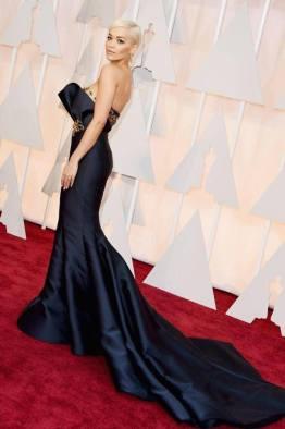 Marchesa couture y aros de Lorraine Schwartz fueron los elegidos de Rita Ora para esa noche. También fue por el azul, pero ella lo combinó con dorado. Bien por ella!!!