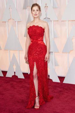 Rosamund Pike eligió una diseño de strapless de Givenchy en colorado. Divina!